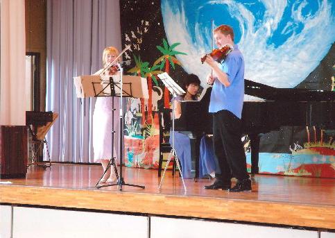 Věra Eretová and Pavel Eret play for Japanese students, 2005